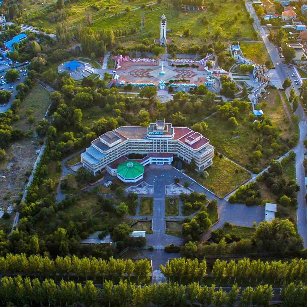 """Гостиница """"Иссык-Куль"""" и комплекс Манас-Ордо"""