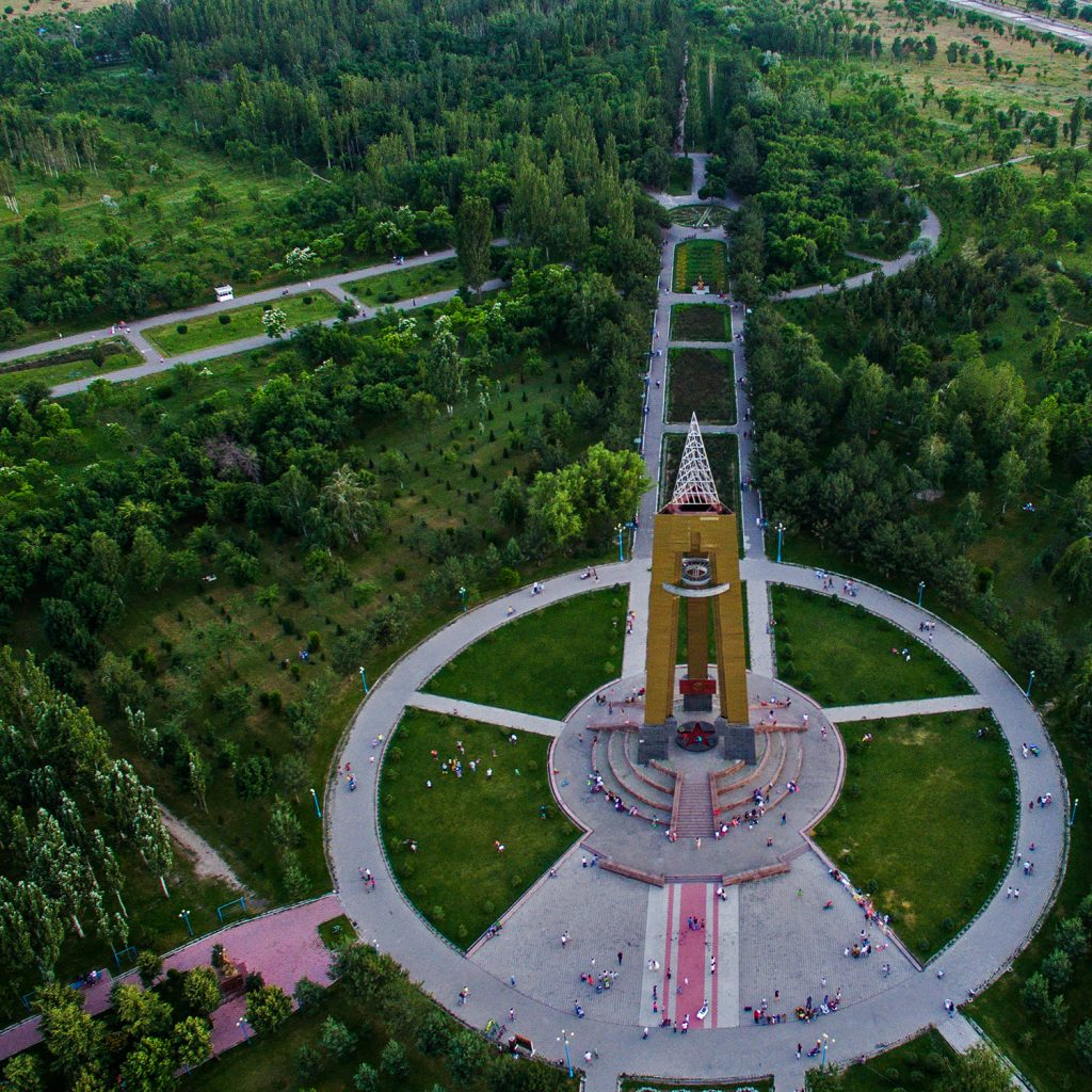 Парк и стелла на южных воротах Бишкека