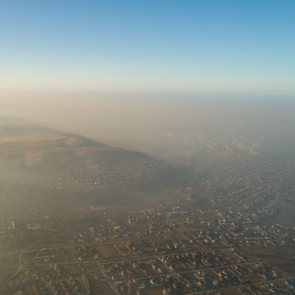 Холмы возле Бишкека в дыму