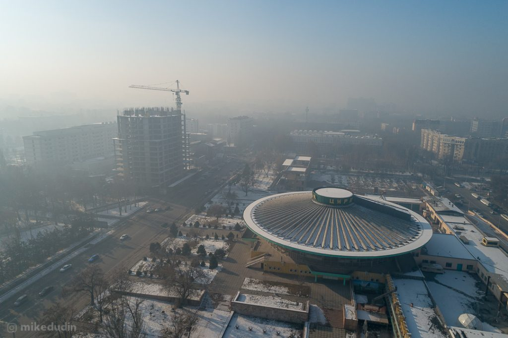 Центр Бишкека, район Цирка, смог