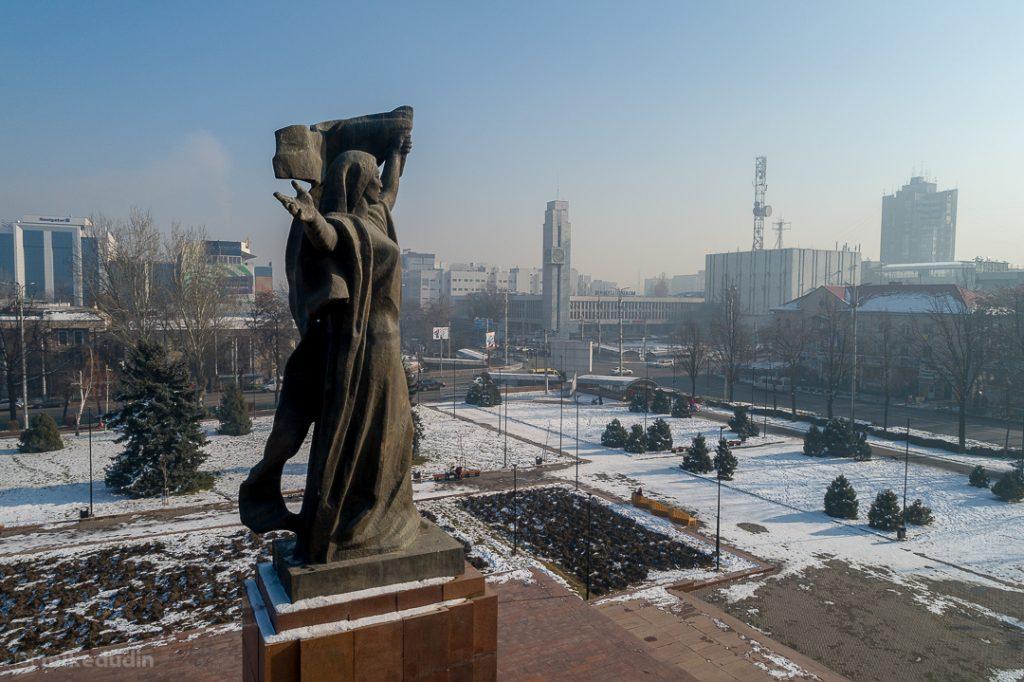 Дымка на фоне в центре Бишкека
